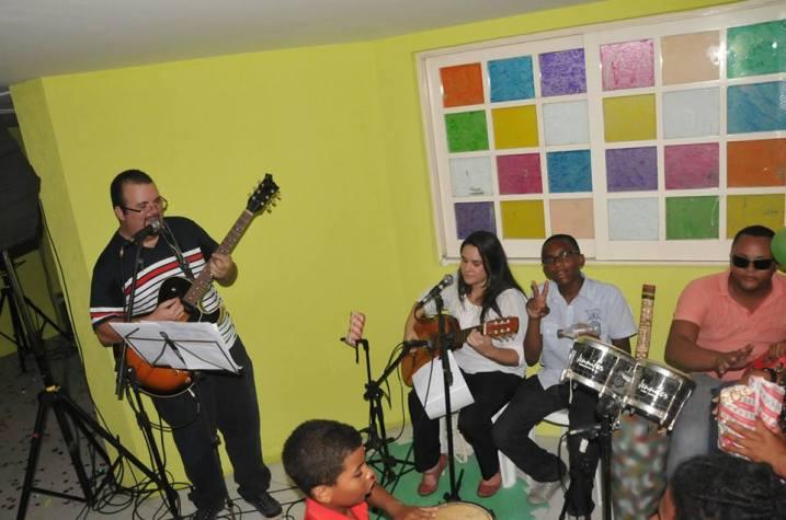 Musicoterapeutas tocam na inauguração do CAPSi. Clique para saber mais